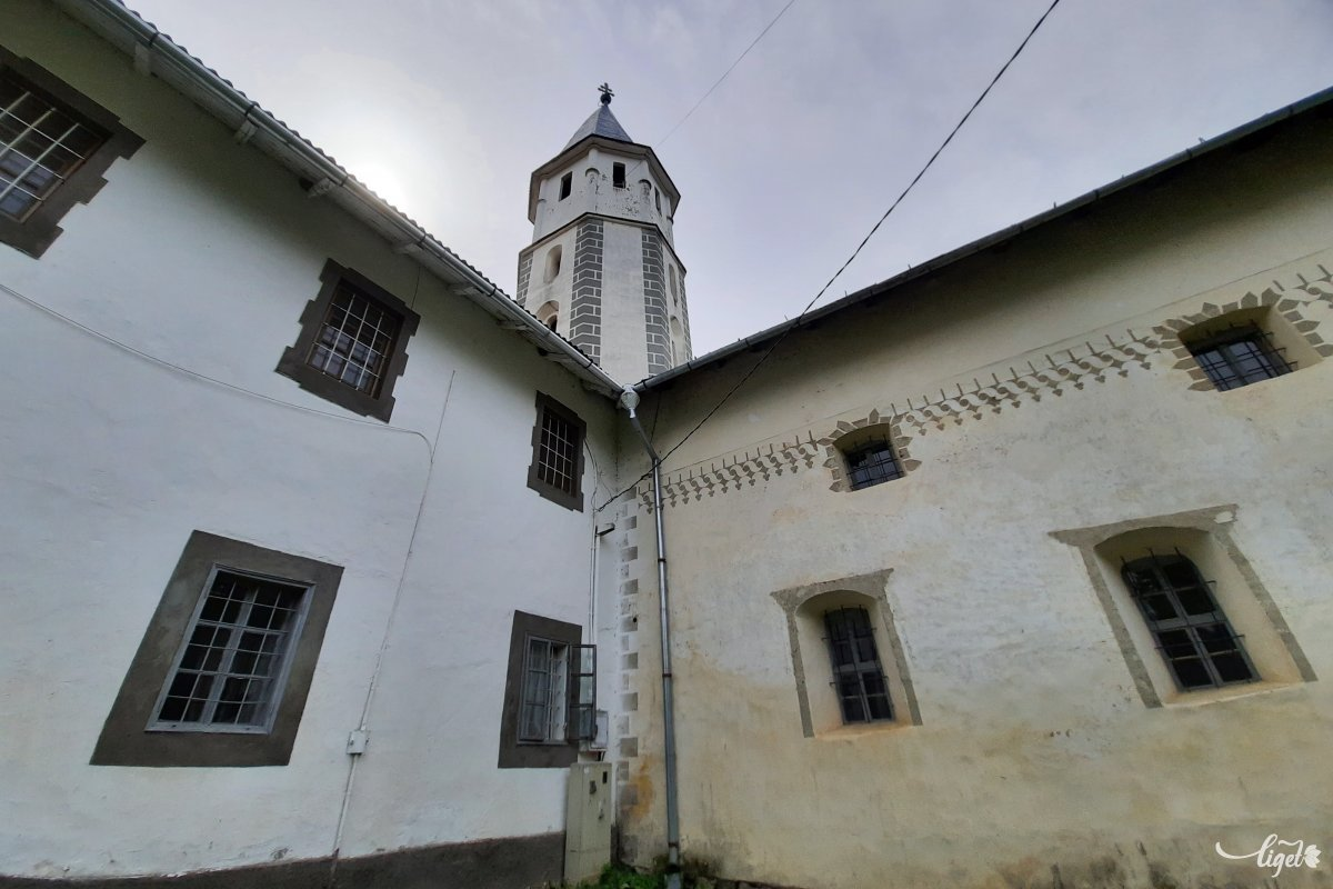 Balról a kolostor, jobbra a templom •  Fotó: Rédai Attila