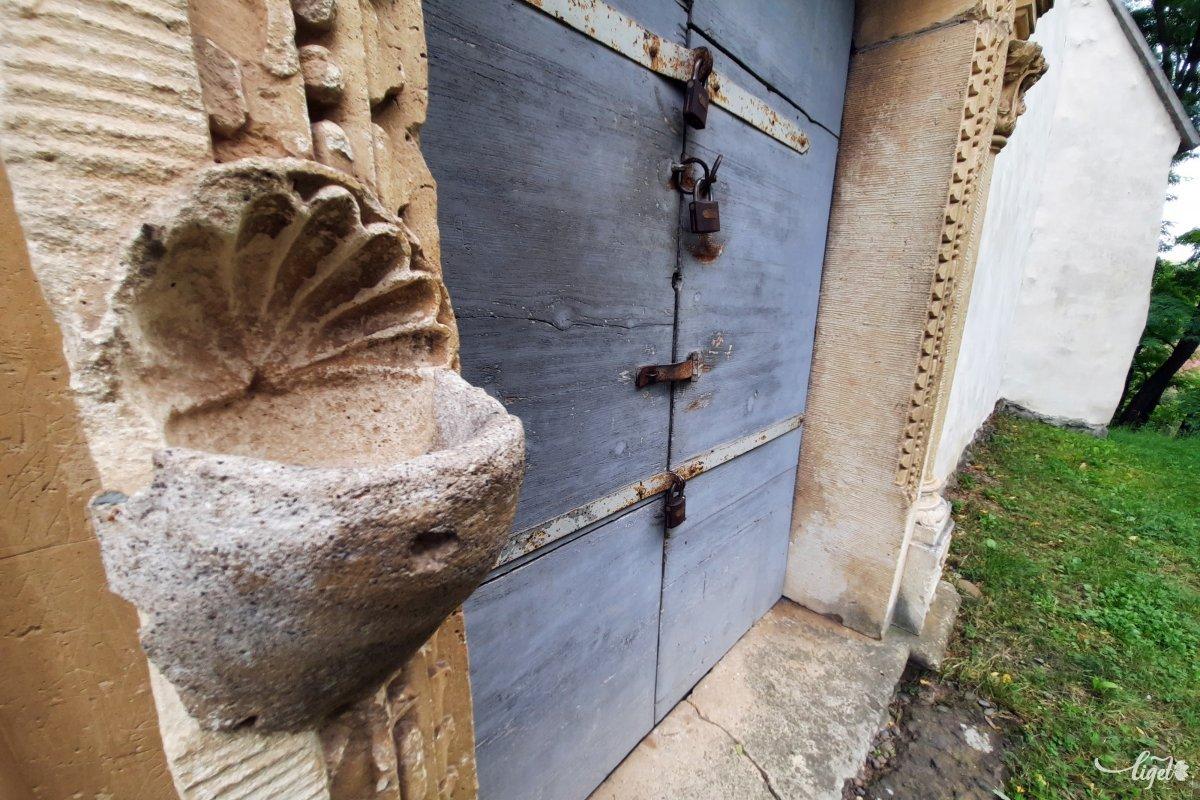Nem használt szenteltvíztartó a templom egyik lezárt bejáratánál •  Fotó: Rédai Attila