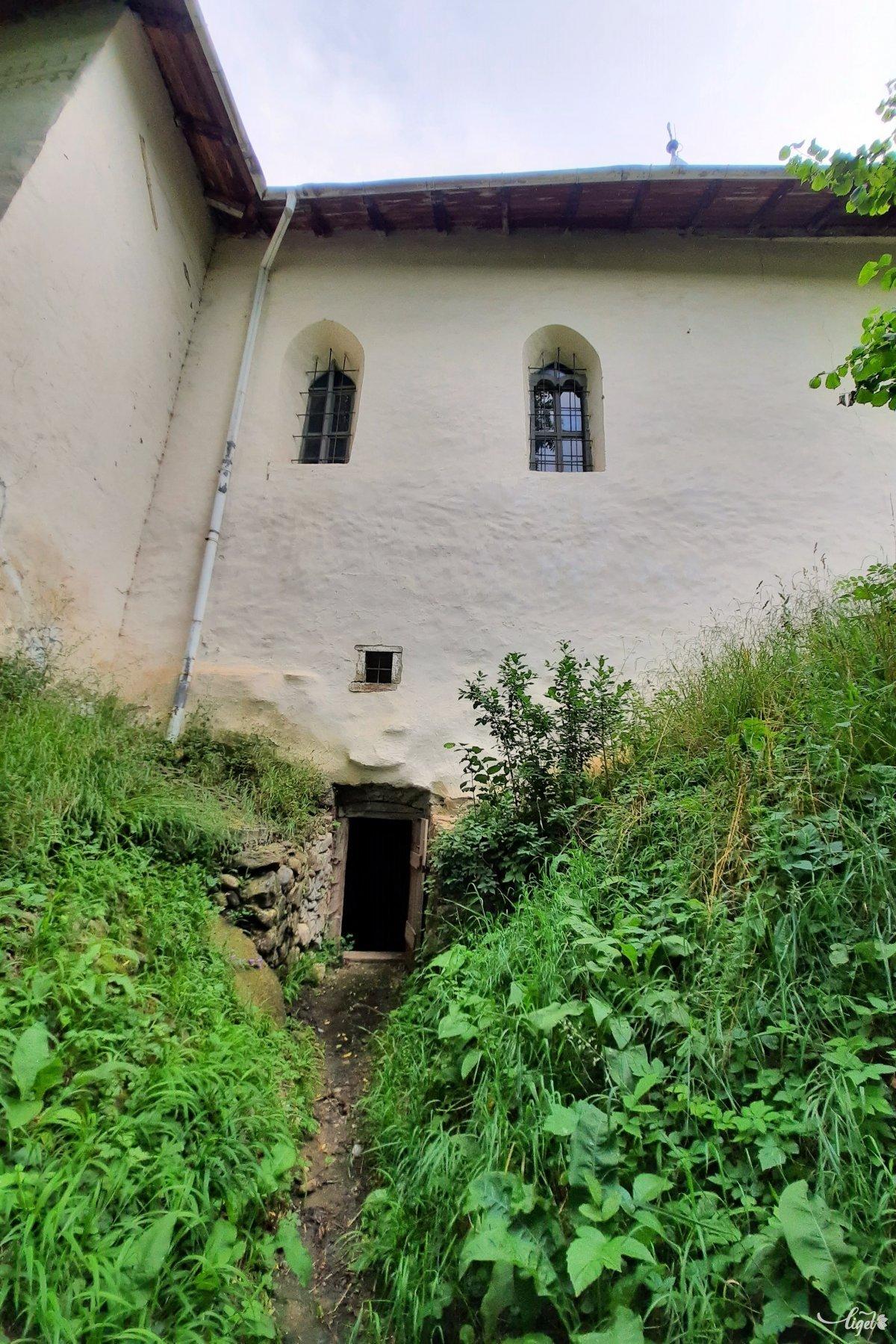 Ez viszont már a kolostortemplom alatti kripta bejárata: ez is látogatható •  Fotó: Rédai Attila