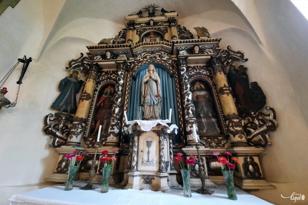 Az oltár központi alakja a Szűzanya •  Fotó: Rédai Attila