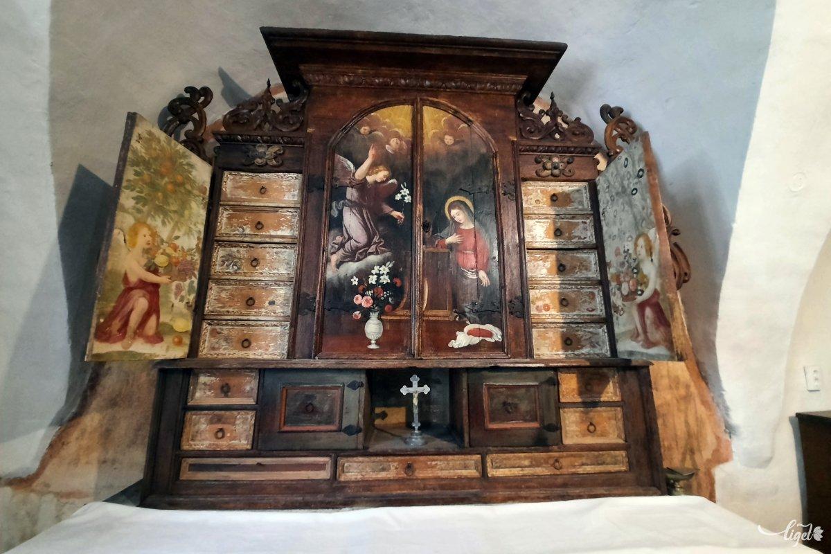 Az oltárszekrény sok izgalmas fiókot rejteget •  Fotó: Rédai Attila