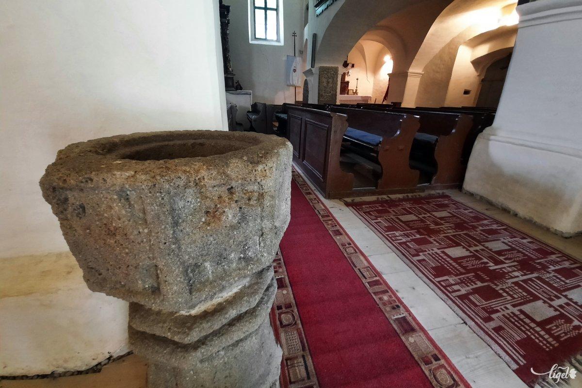 Ez a belül látható szenteltvíztartó a templommal egy idős •  Fotó: Rédai Attila