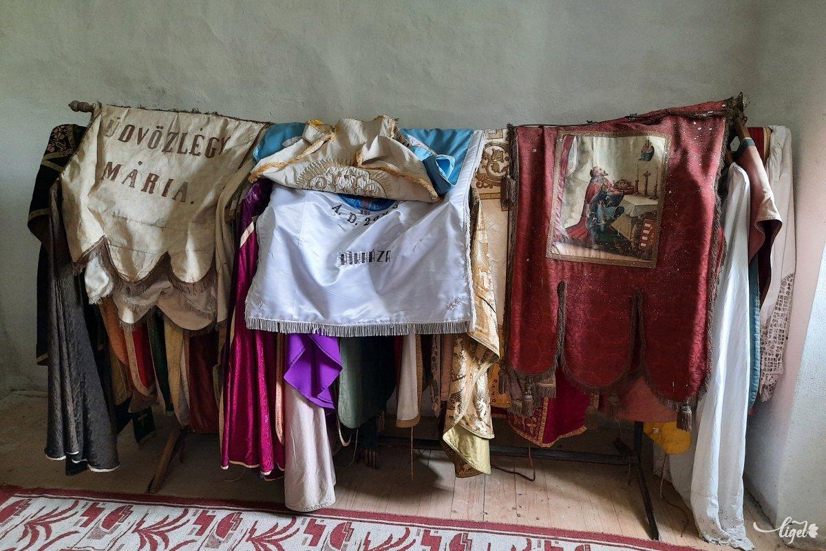 Az egykori kolostorból három helyiséget adtak vissza az egyháznak, ott láthatók ezek további miseruhák •  Fotó: Rédai Attila