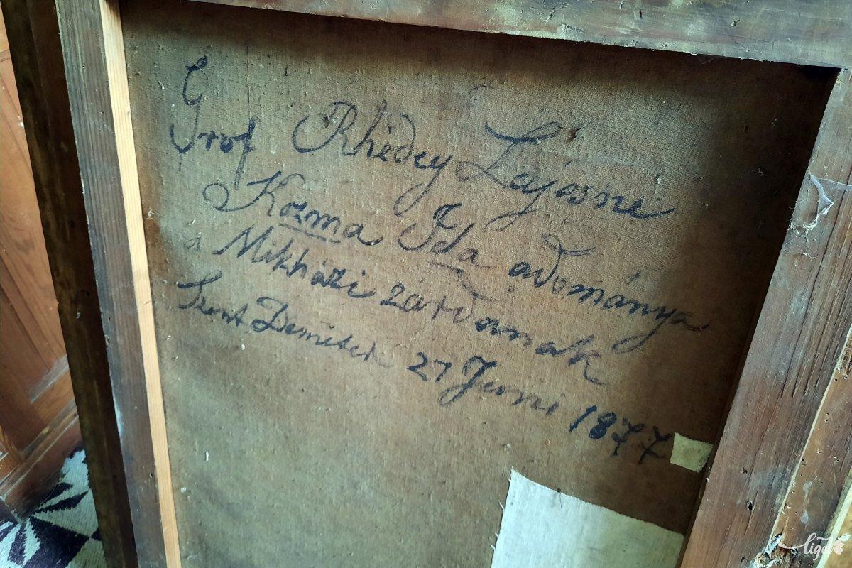 A kostorbéli helyiségeket raktárnak használják, de a szerző kedvéért a gondnok megmutatja ezt a festményt... •  Fotó: Rédai Attila