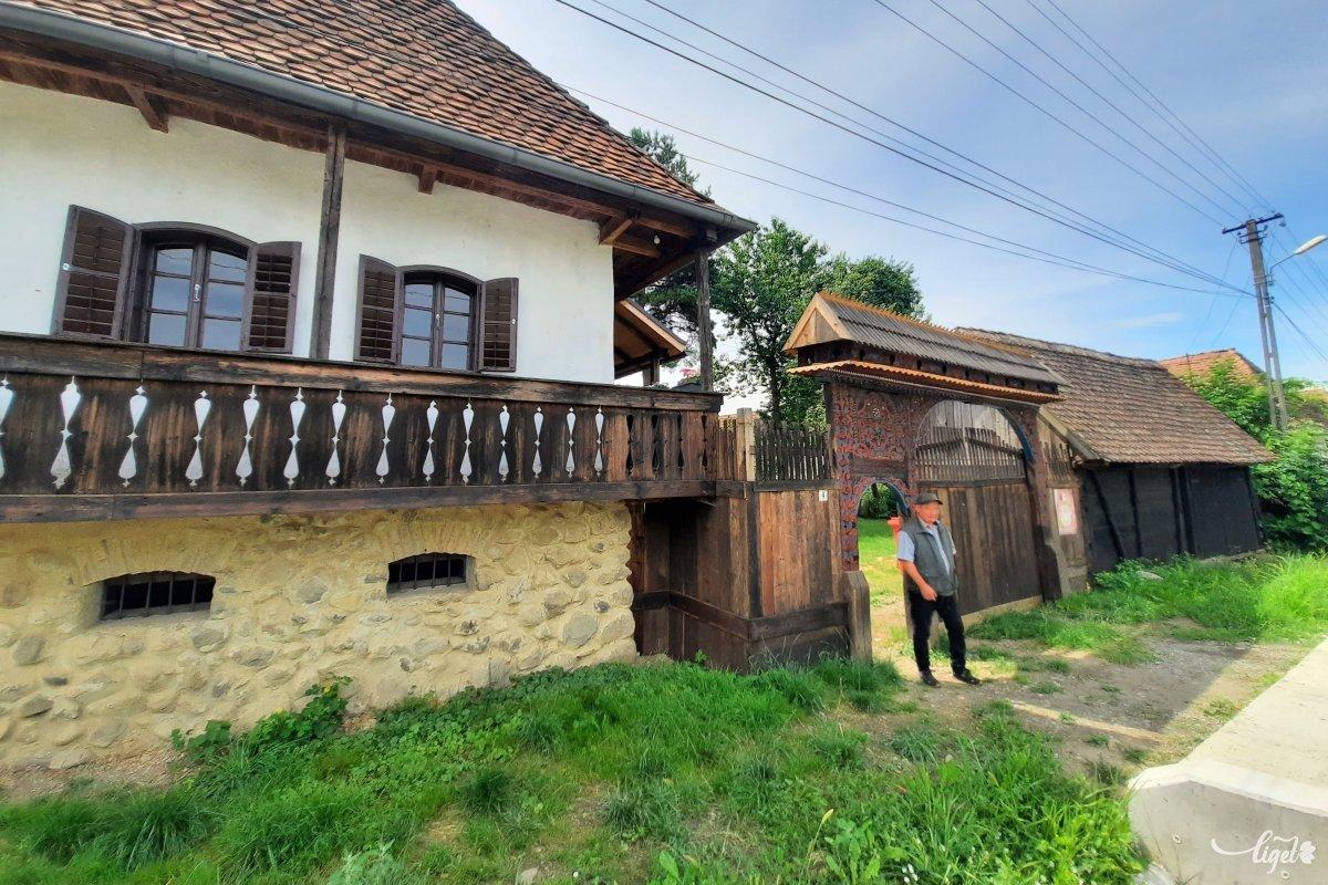 Ez  a gyönyörűen felújított székely ház és kapuja a múzeum tulajdonában van, itt laknak az itt dolgozó régészek •  Fotó: Rédai Attila