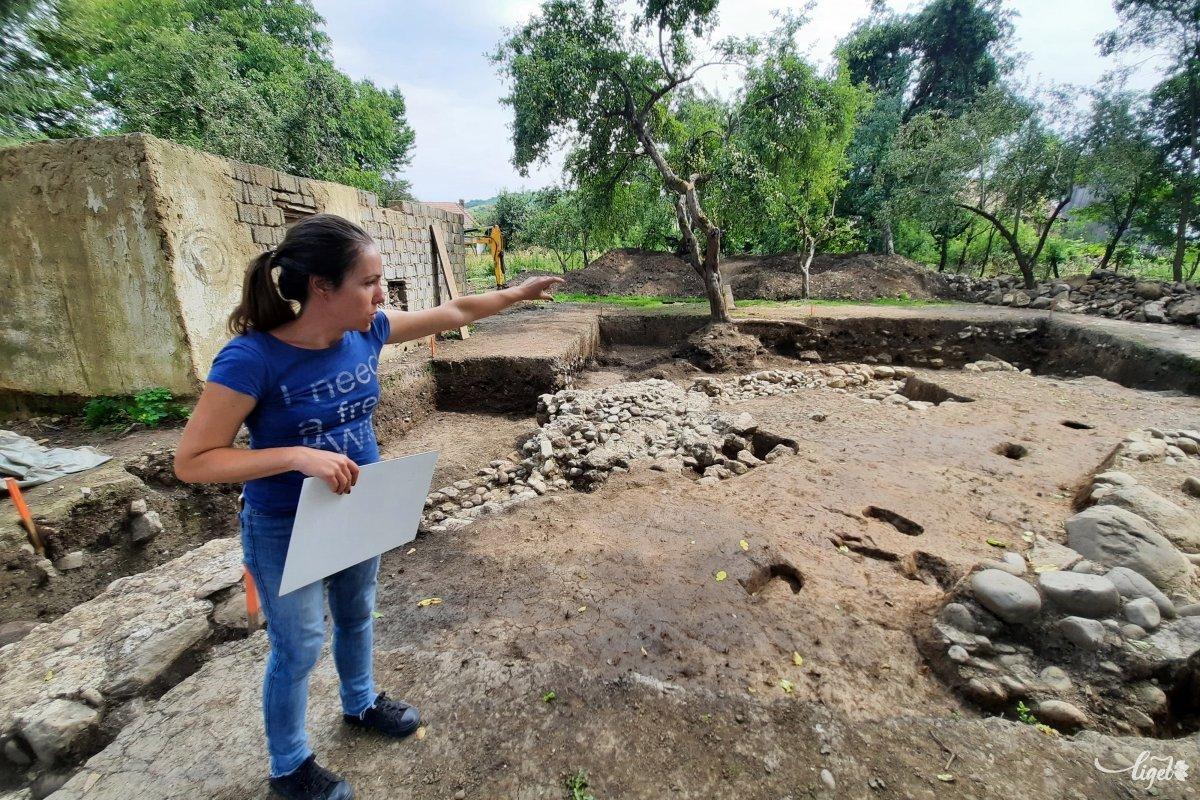Sidó Katalin, a Maros Megyei Múzeum régésze meg is mutatja, min dolgoznak: az erődítmény egyik saroktornya állt itt •  Fotó: Rédai Attila