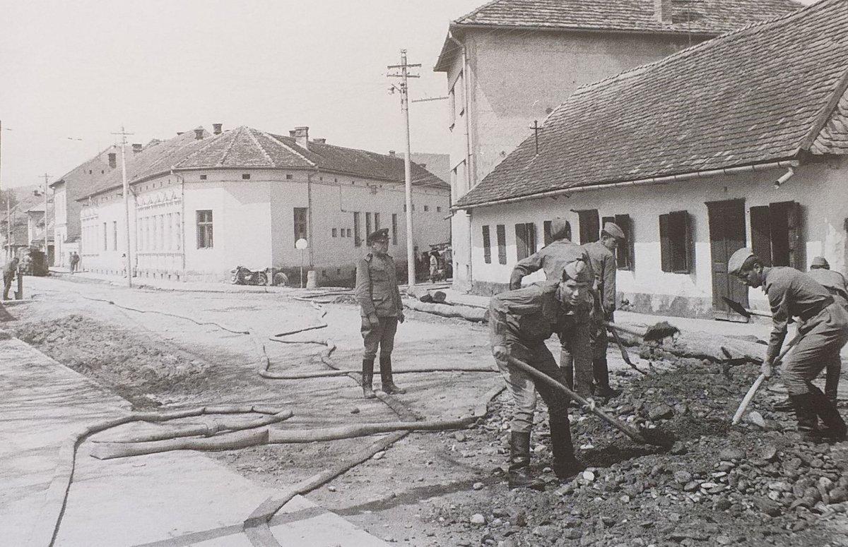 Az Orbán Balázs utcában katonák dolgoznak a helyreállításon (1970) <span class=
