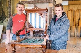 Apa és fia a kárpitosműhelyben