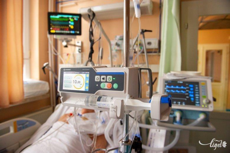 Az intenzív terápiás helyek alacsony száma mellett a személyzethiány a fő probléma az egészségügyi miniszter szerint