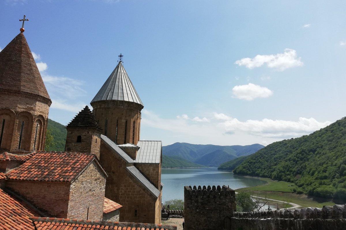 Kilátás az Ananuri-erődből •  Fotó: D. Balázs Ildikó