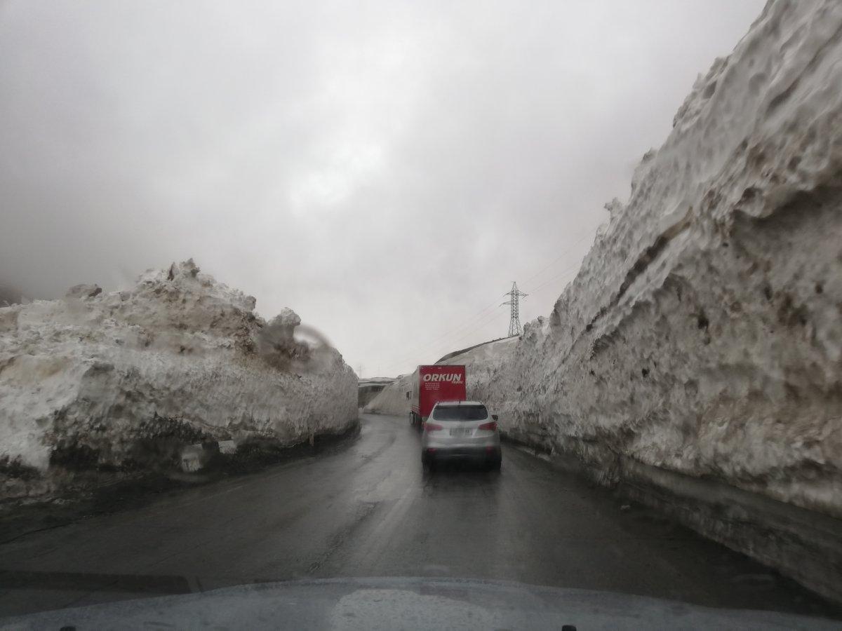 Útban a Kazbeg hegy felé. Itt még a hó az úr •  Fotó: D. Balázs Ildikó