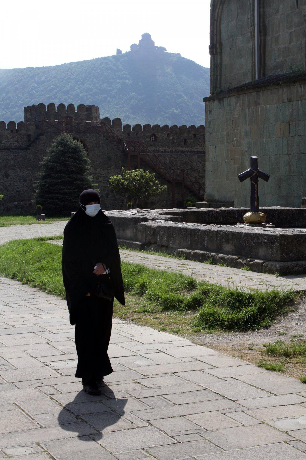 Mcheta , Grúzia egyik legrégebbi városának két híres műemléke: a Szvetichoveli-székesegyház belső udvara, háttérben pedig a  Dzsvari-kolostor •  Fotó: D. Balázs Ildikó