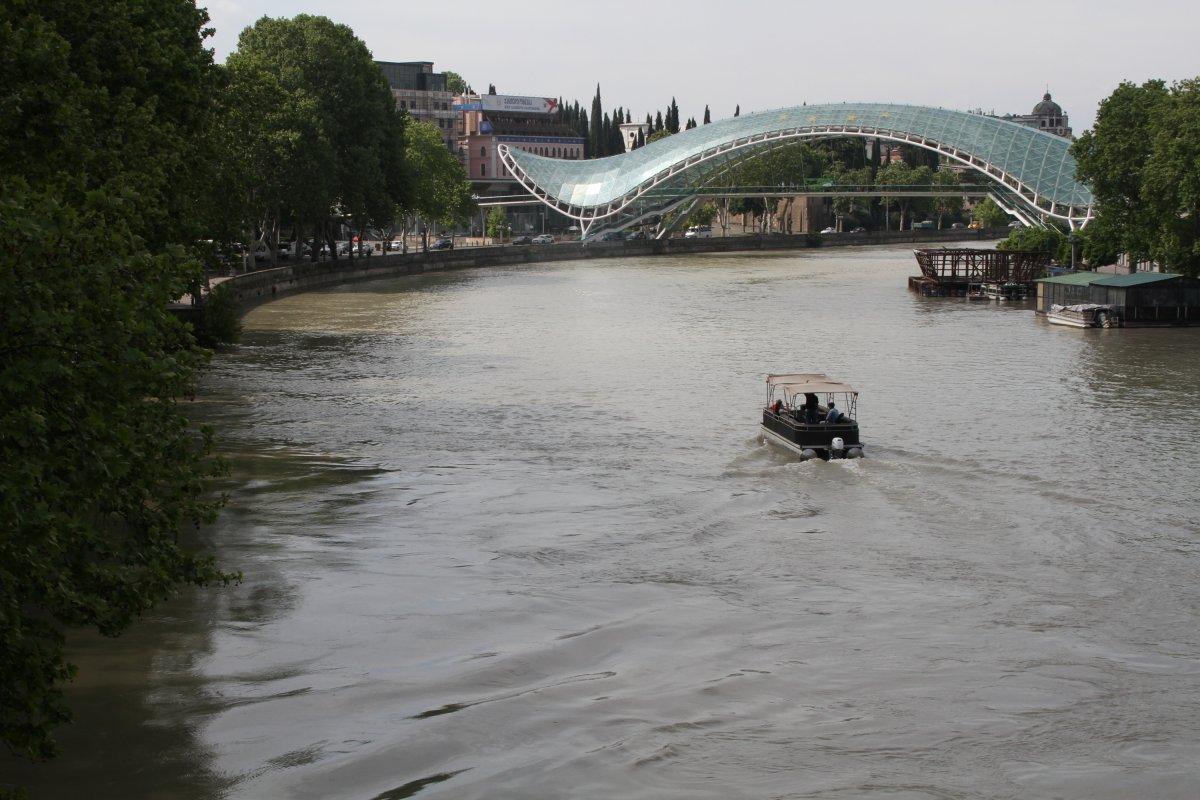 A Kura folyón átívelő Béke-híd Tbilisziben •  Fotó: D. Balázs Ildikó