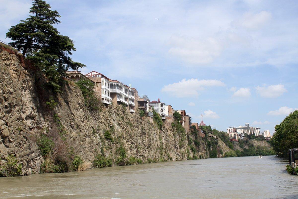Házak a Kura folyó fölött Tbilisziben •  Fotó: D. Balázs Ildikó