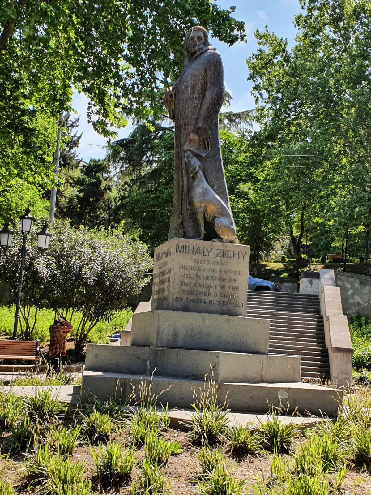 Zichy Mihály szobra Tbiliszi egyik parkjában. Ő illusztrálta többek között a híres grúz költő, Sota Rusztaveli Tigrisbőrös lovag című nemzeti eposzát •  Fotó: D. Balázs Ildikó