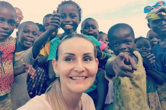 Nem csak fotóz, segít is Afrikában az erdélyi lány