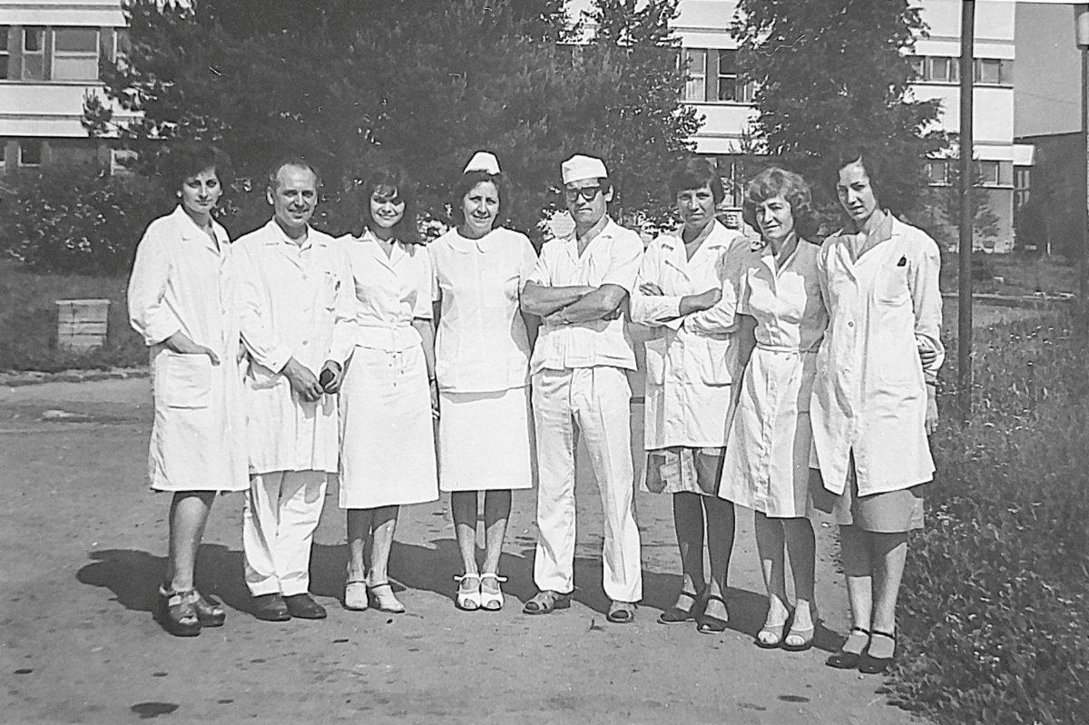 Citológiai tanfolyam résztvevői dr. Kelemen József főorvossal (balról a második) 1981-ben •  Fotó: Forrás: a Csíkszeredai Megyei Sürgősségi Kórház gyűjtése