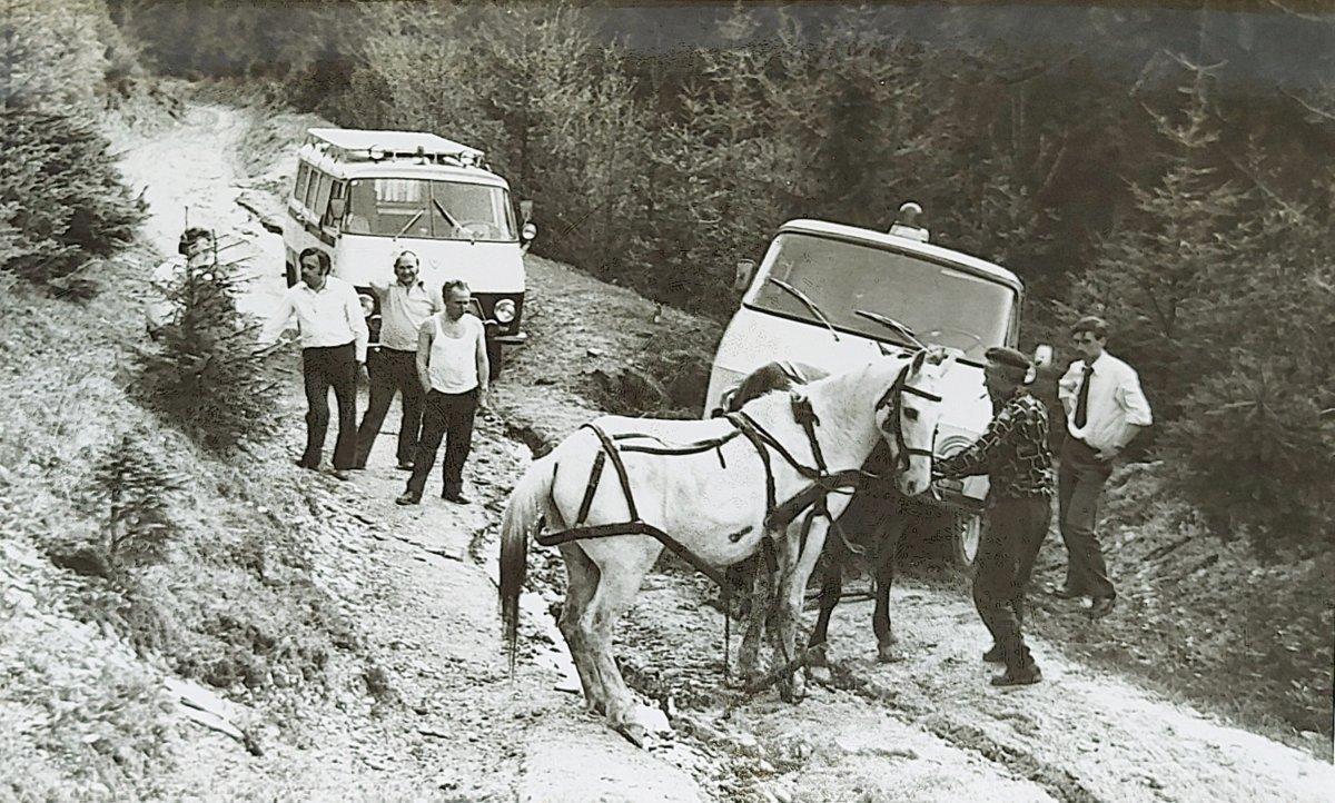 A terepezés sem mindig volt egyszerű a megye sokszor úttalan útjain •  Fotó: Rédai Erzsébet archívuma