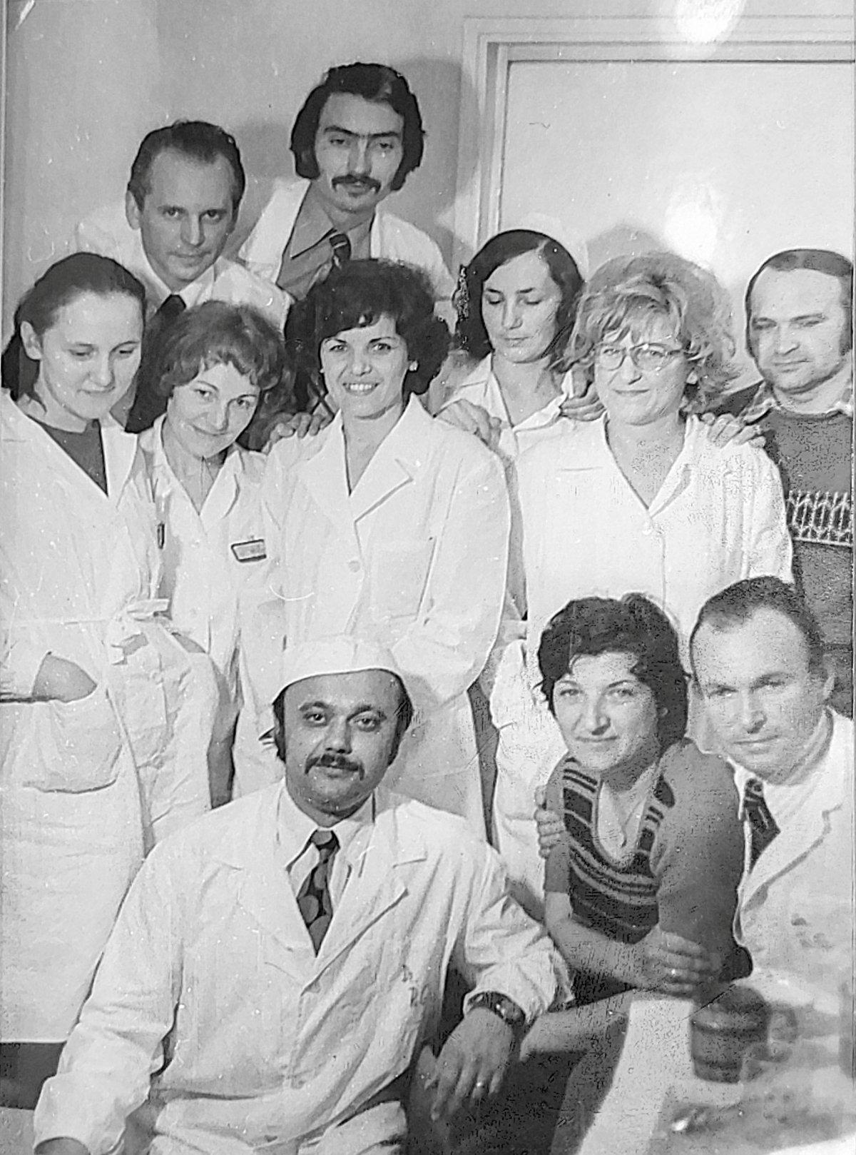 Munkaközösség a patológiai, kórszövettani és kórbonctani osztályon a 70-es években •  Fotó: Rédai Erzsébet archívuma
