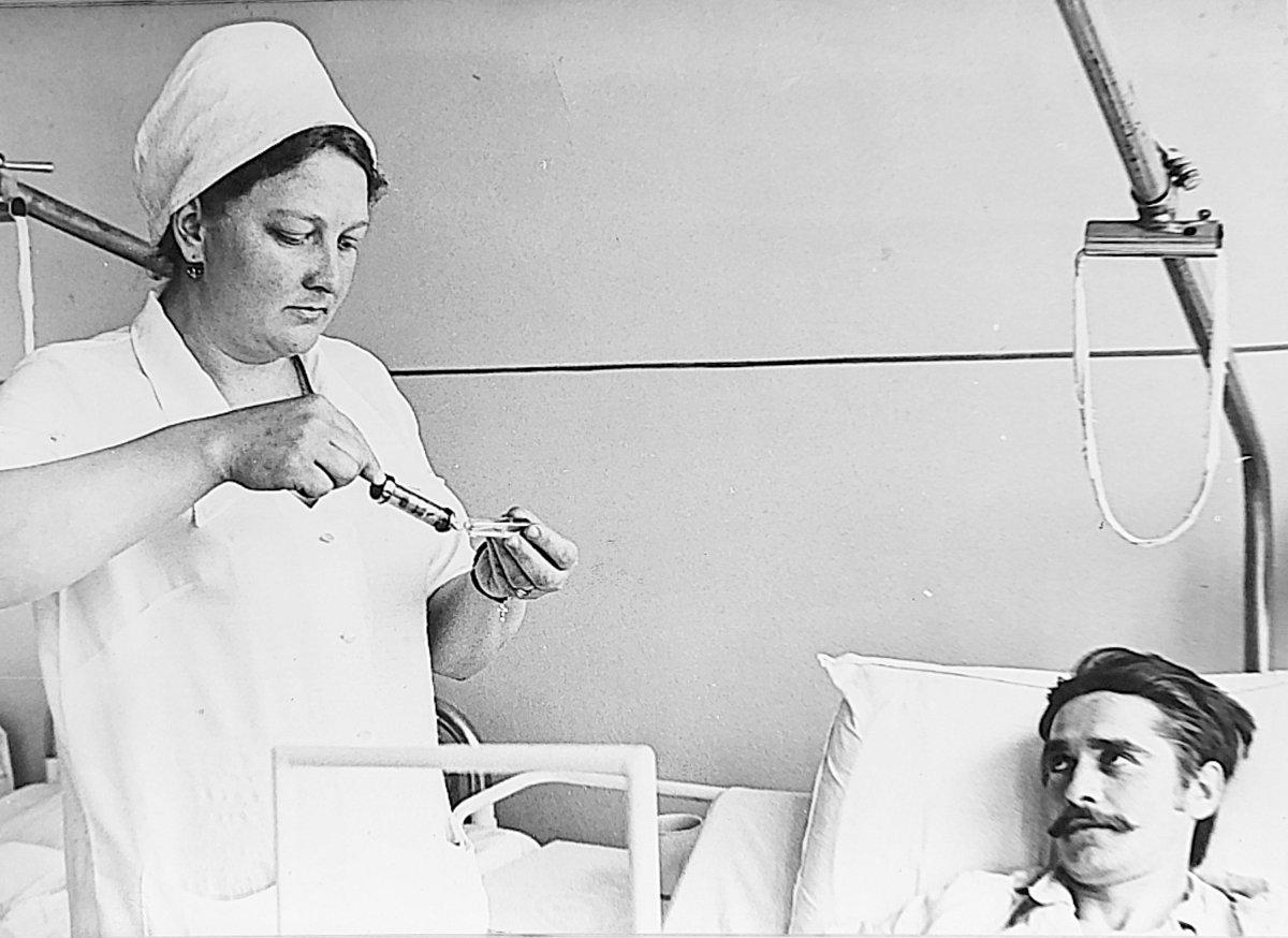 Veres Klára asszisztensnő munka közben (1981) •  Fotó: Székely Csaba