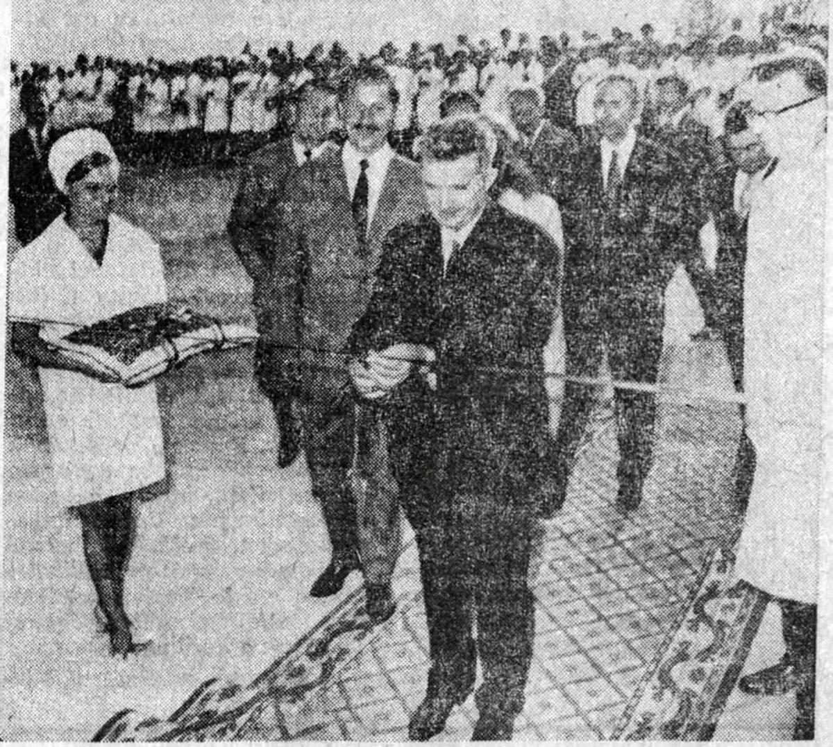 A szalagvágás pillanata. Hargita napilap, 1971. augusztus 16. •  Fotó: Forrás: a Csíkszeredai Megyei Sürgősségi Kórház gyűjtése
