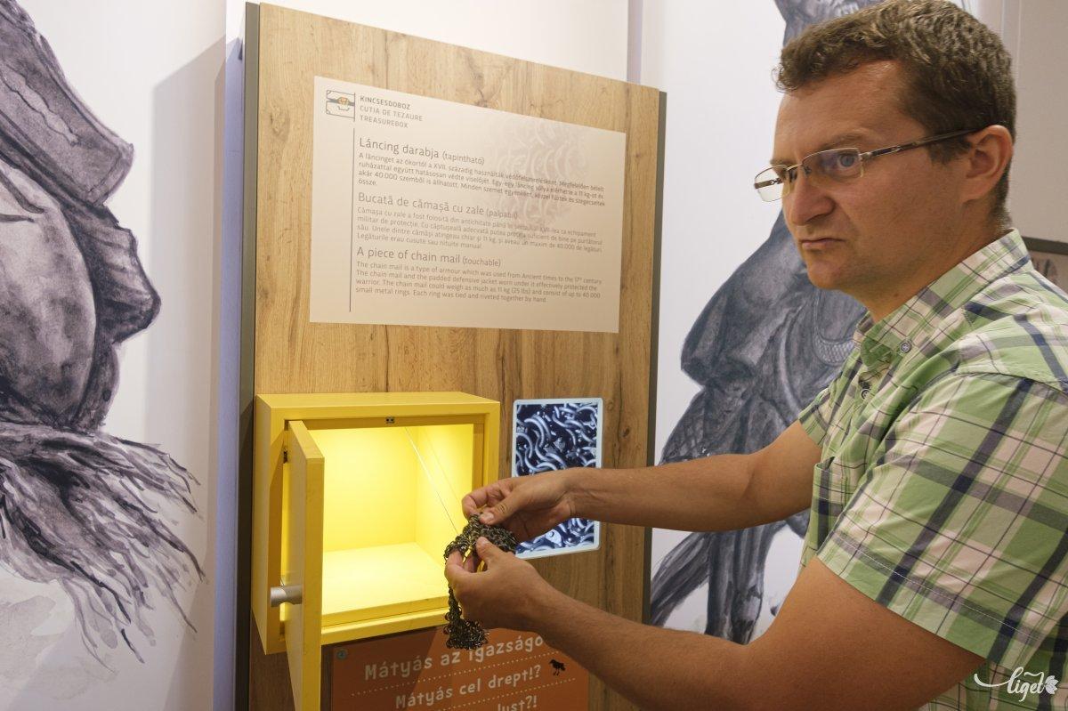 A sárga dobozokban megtapinthatjuk a korabeli tárgyak másolatát •  Fotó: Veres Nándor