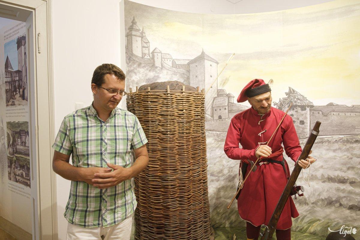 Nagy József kurátor és egy vörös darabont •  Fotó: Veres Nándor