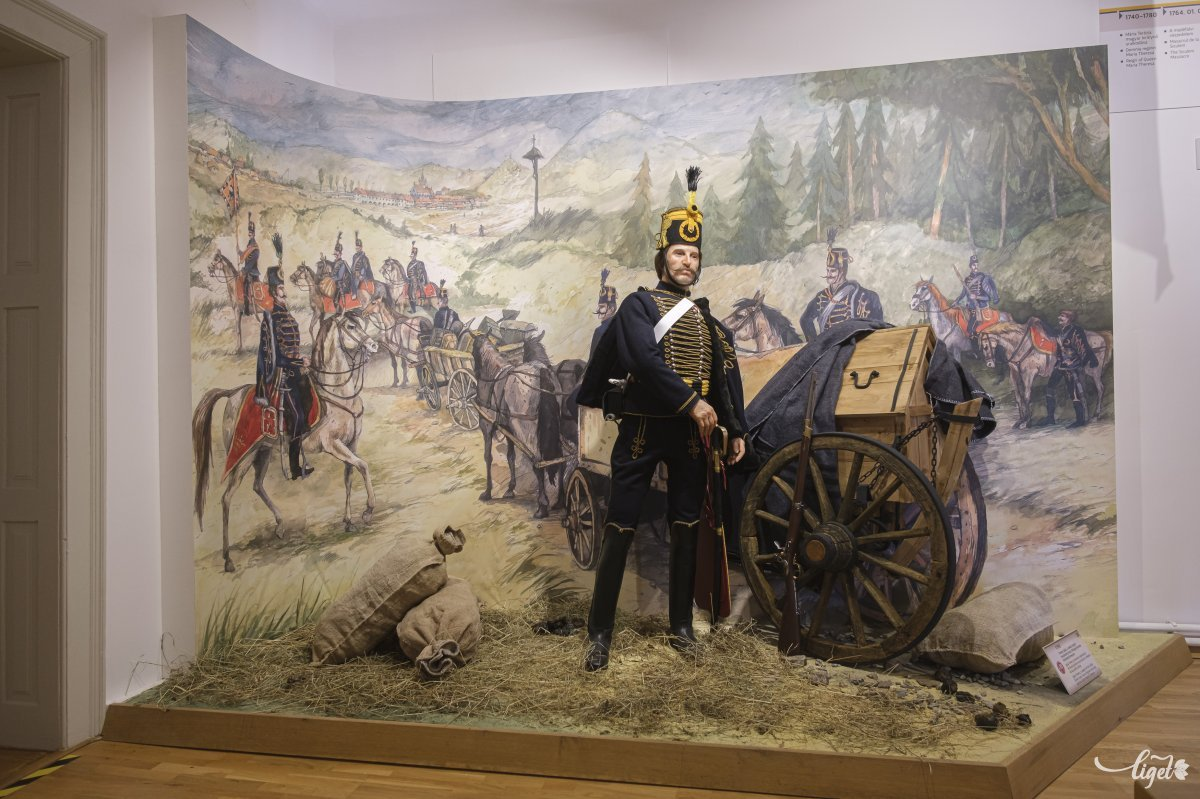 Ferencz Ignác huszárőrmester 1790-ben, amint a társaival vonulnak a Gyimesi-szorosban őrjáratozni. Háttérben a csíksomlyói régi gótikus templom Még a búcsúba is a határőrezredek ezredzenekarai kísérték fel a népet menetben •  Fotó: Veres Nándor