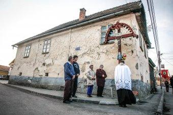 Egykori körmenetek füstje: érdekességek az udvarhelyi húsvéti határkerülés történetéből