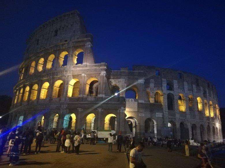 Olaszországban hétfőtől újraindul a vendéglátás, kinyit a Colosseum