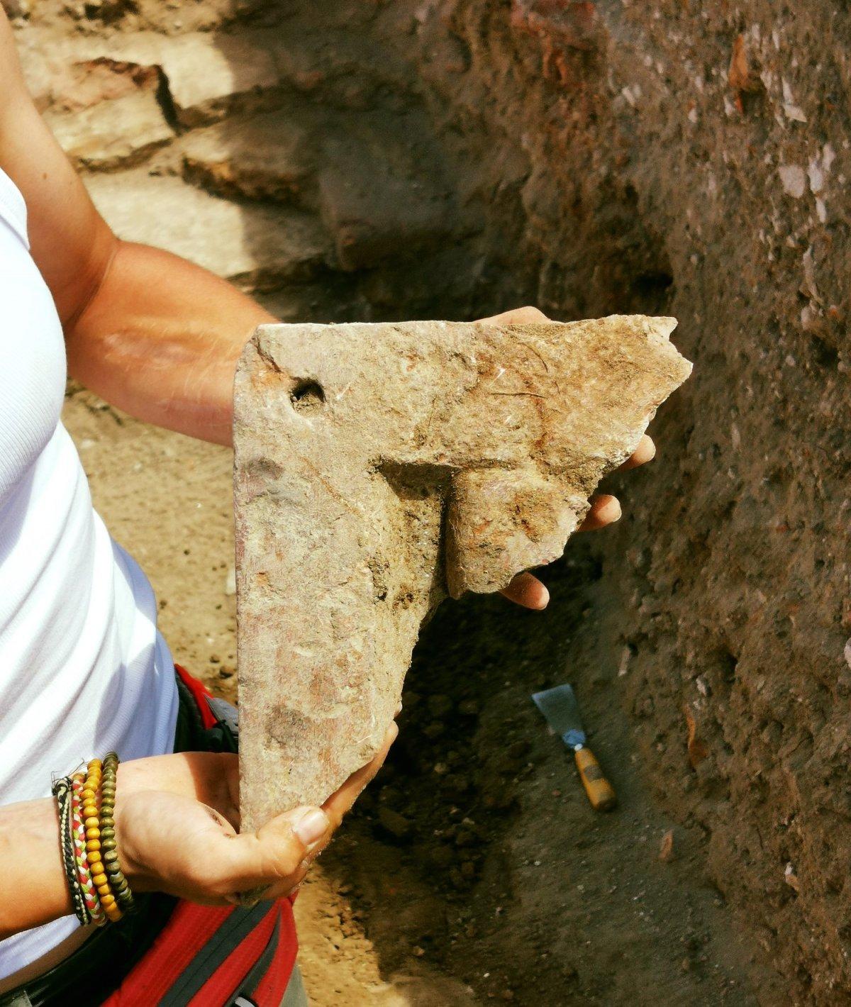 Az előkerült vörös maradvány-faragvány •  Fotó: Az egresi ásatási projekt fotóarchívuma