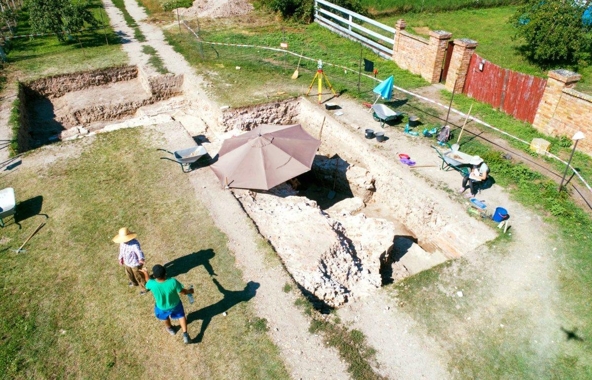 Az út alatt nyitott szelvények •  Fotó: Az egresi ásatási projekt fotóarchívuma