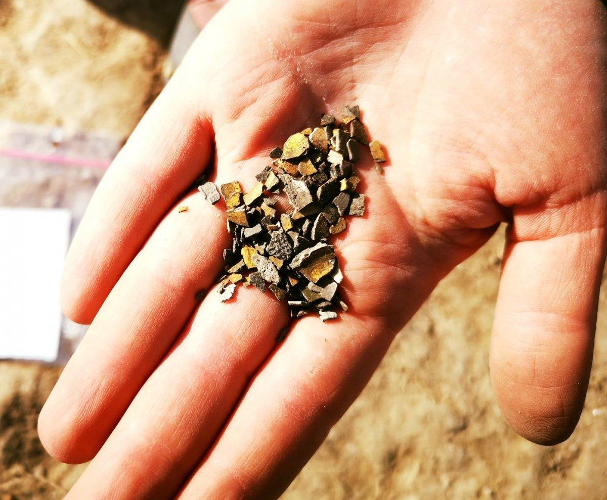 Több mint száz, néhány milliméteres aranyozott fólia •  Fotó: Az egresi ásatási projekt fotóarchívuma