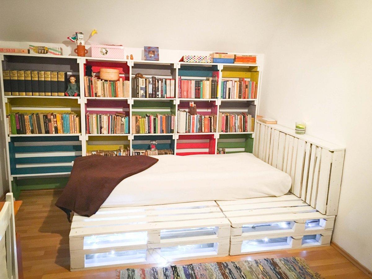 A szekrény is, a polc is raklapból készült •  Fotó: Recycl'Art