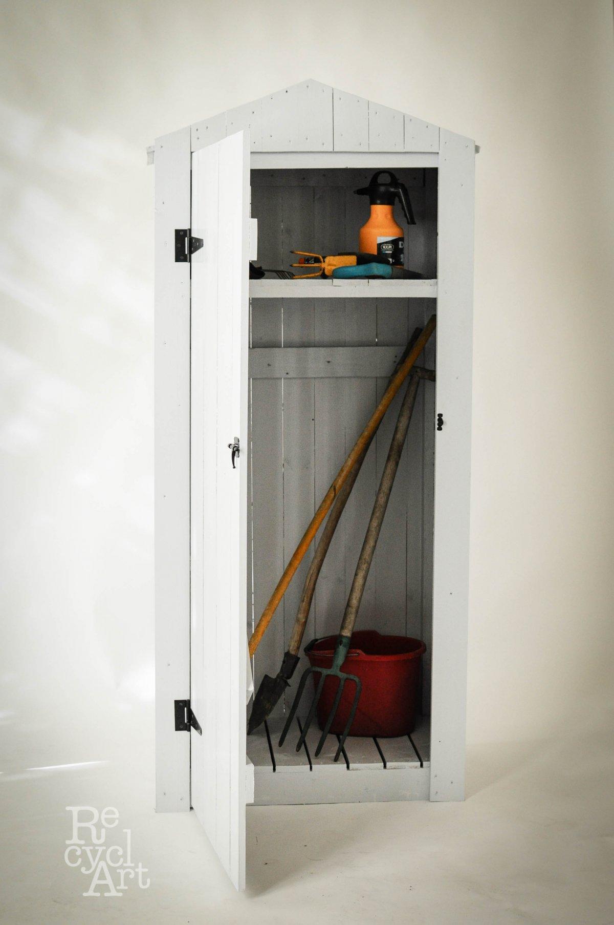 Fehérre festett szekrény. Ki mondaná meg, mi volt a funkciója eredetileg? •  Fotó: Recycl'Art