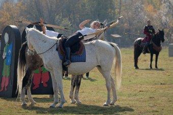Lendületben a székelyföldi lovasíjászok. Kassai Lajos ajándékkal érkezett a pályaavatóra