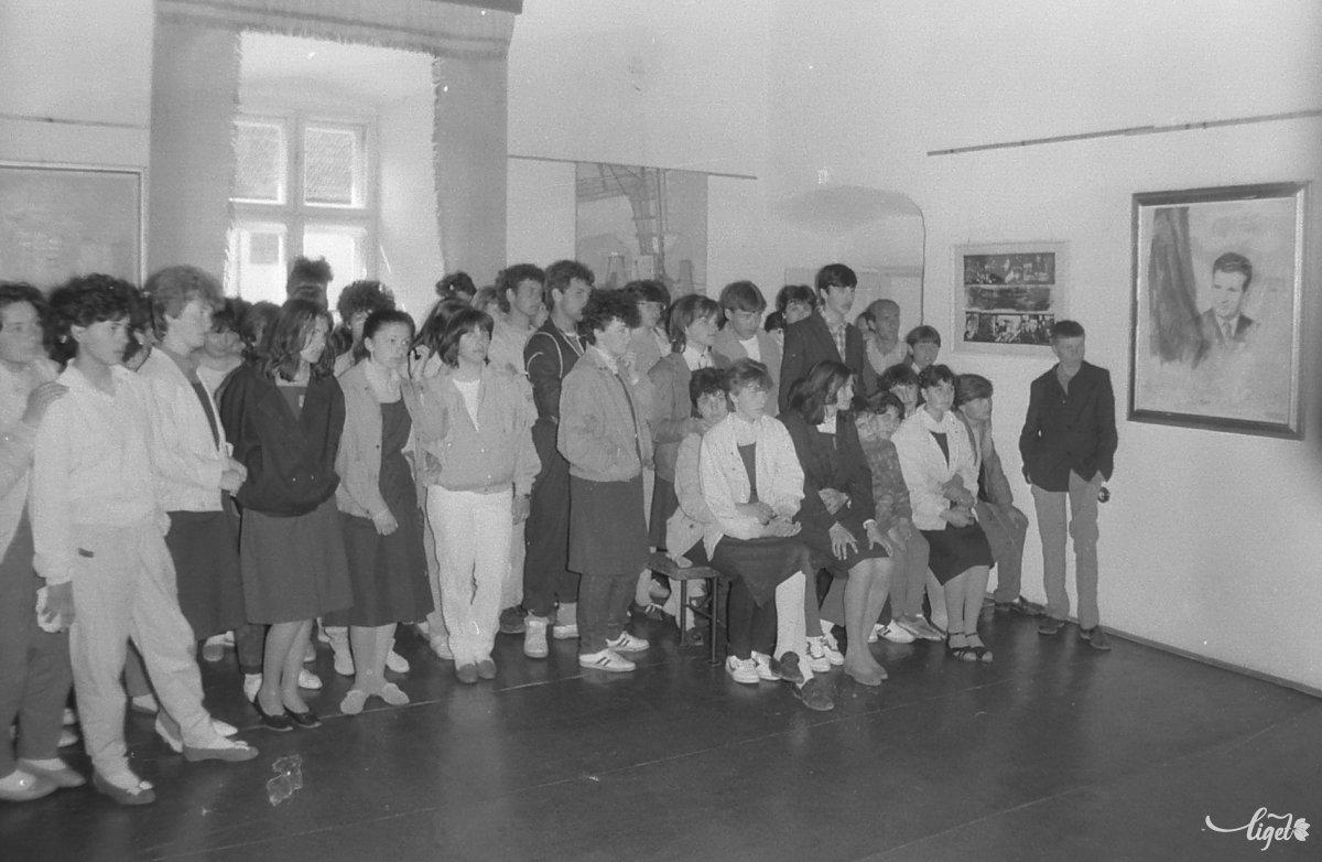 Diákok a Ceaușescu-kiállításon •  Fotó: A Csíki Székely Múzeum tulajdona