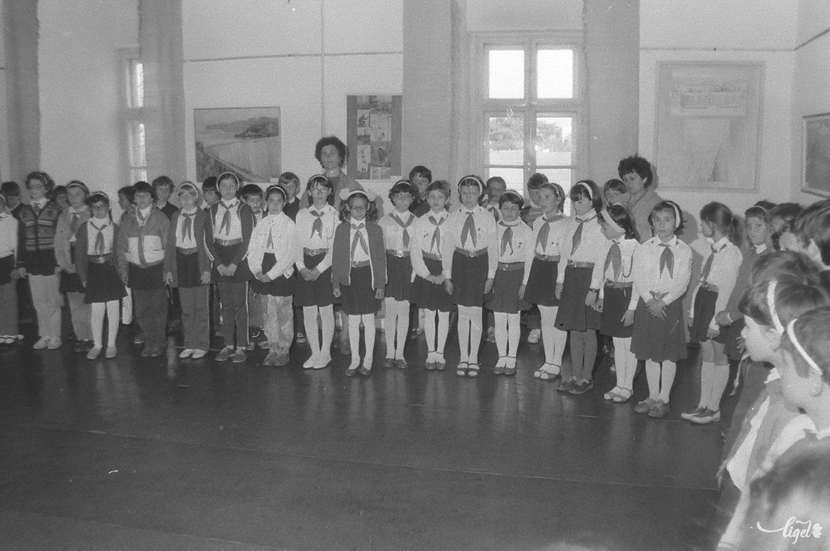 Pionírok a Ceaușescu-kiállításon •  Fotó: A Csíki Székely Múzeum tulajdona