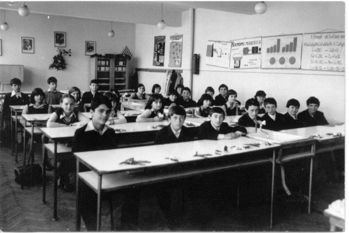 A 9-es sz. általános iskola (ma Rebreanu) tanulói 1980-ban. A fotó tulajdonosa: Bács Béla (A Csíki iskolák múltja című, 2005-ben szervezett iskolatörténeti kiállítás anyagából) •  Fotó: Daczó Katalin gyűjtése