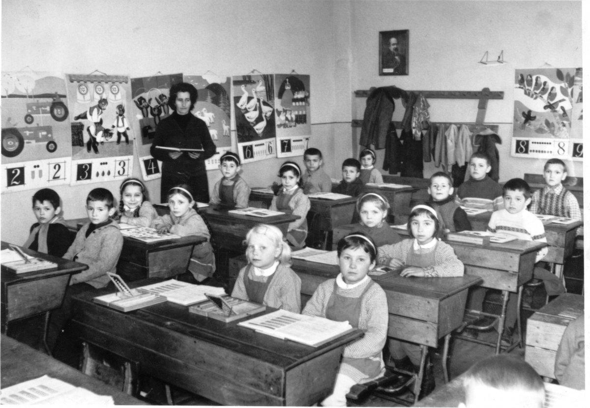 Első osztályos tanulók Csíkcsicsóban az 1971–72-es tanévben. Tanítónő Péter Brigitta. A fotó tulajdonosa: Daczó Katalin (A Csíki iskolák múltja című, 2005-ben szervezett iskolatörténeti kiállítás anyagából) •  Fotó: Daczó Katalin gyűjtése