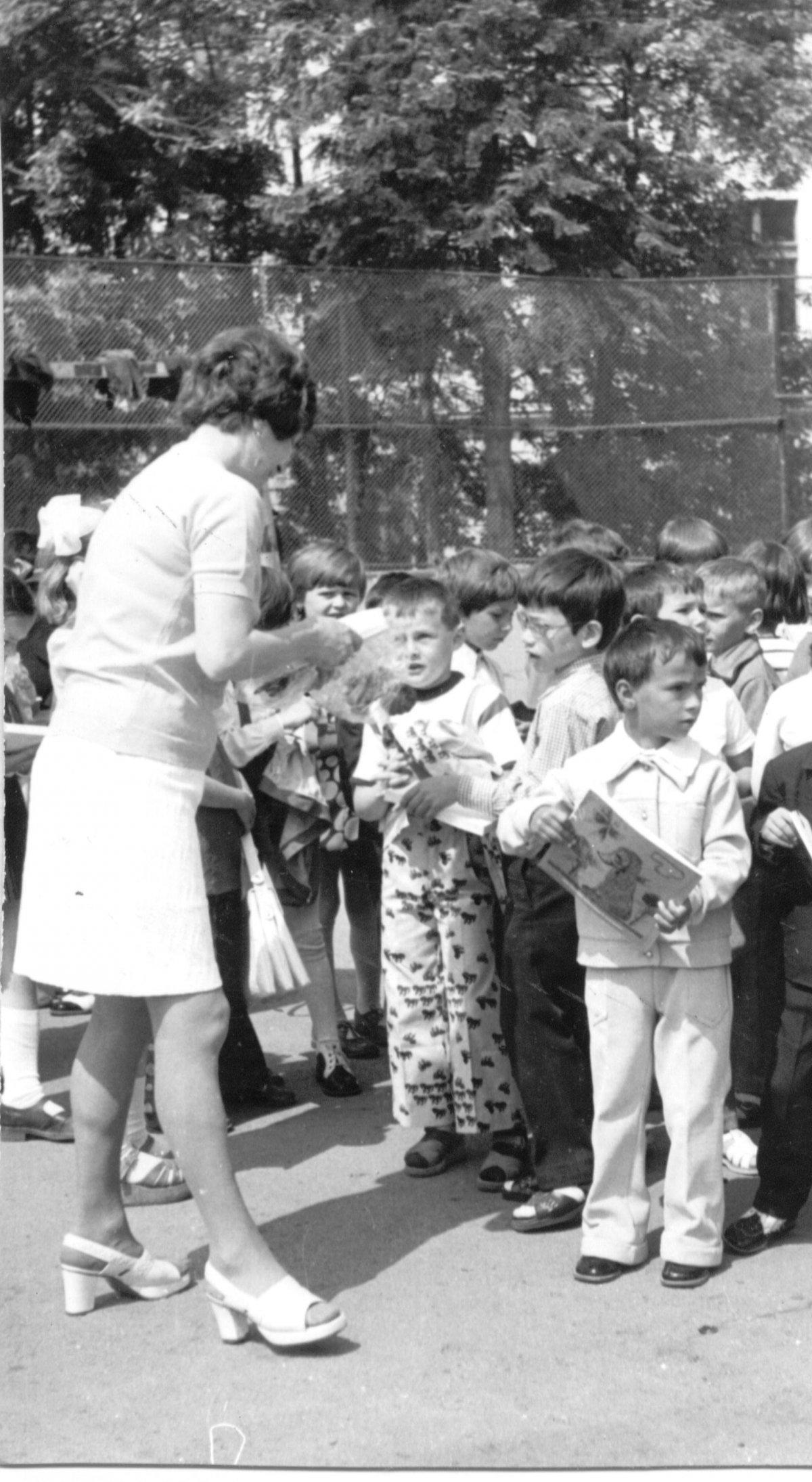Évzáró ünnepély első osztályban, 1976-ban. A fotó tulajdonosa: Keszler Róbert (A Csíki iskolák múltja című, 2005-ben szervezett iskolatörténeti kiállítás anyagából) •  Fotó: Daczó Katalin gyűjtése