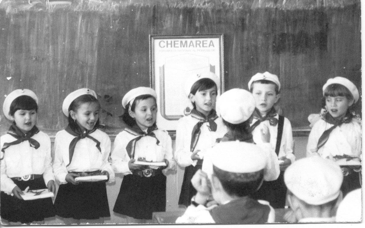 Pioníravatás 1972-ben. A fotó tulajdonosa: Kirmájer Enikő (A Csíki iskolák múltja című, 2005-ben szervezett iskolatörténeti kiállítás anyagából) •  Fotó: Daczó Katalin gyűjtése