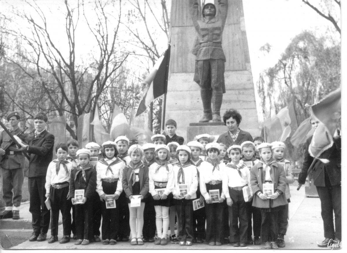 Pioníravatás a román katona szobránál az 1970-es évek közepén. A fotó tulajdonosa: Ecaterina Rusu (A Csíki iskolák múltja című, 2005-ben szervezett iskolatörténeti kiállítás anyagából) •  Fotó: Daczó Katalin gyűjtése