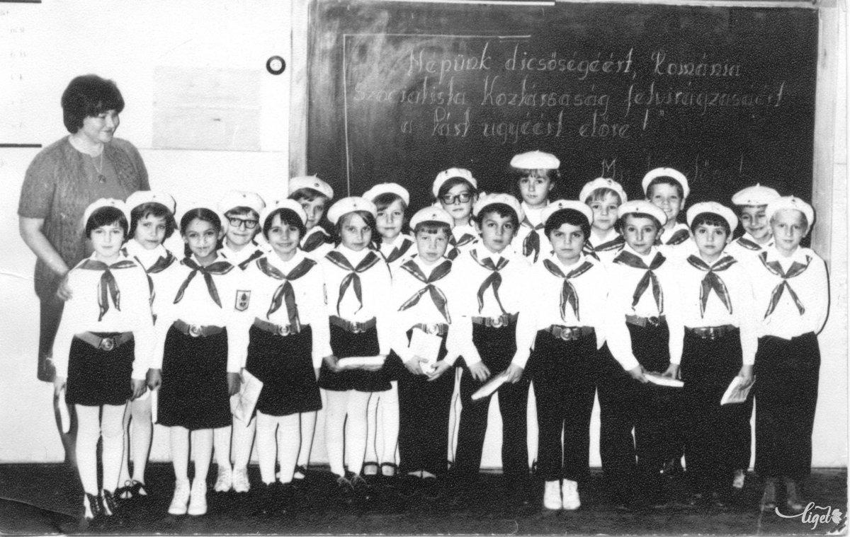Pioníravatás az 1-es számú általános iskolában az 1977–78-as tanévben, tanítónő Máthé Brigitta. A fotó tulajdonosa: Vitos Márton (A Csíki iskolák múltja című, 2005-ben szervezett iskolatörténeti kiállítás anyagából) •  Fotó: Daczó Katalin gyűjtése