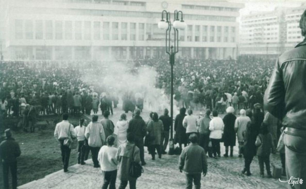 1989 decembere, a majdani Szabadság tér (Szombath Ernő felvétele, Szombath Ákos és Bíró Barna gyűjtése) •  Fotó: A Nagy Imre Általános Iskola diákjainak gyűjtése