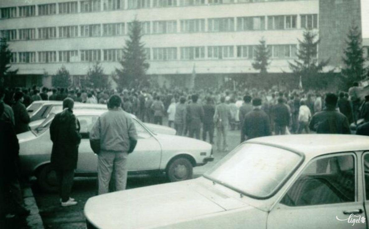 1989 decembere – a milícia épületénél (Szombath Ernő felvétele, Szombath Ákos és Bíró Barna gyűjtése) •  Fotó: A Nagy Imre Általános Iskola diákjainak gyűjtése