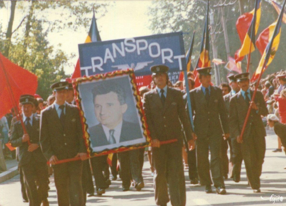 Felvonulás augusztus 23-án, 1980-ban (Járai István felvétele – Balogh Noémi és Birta Noémi gyűjtése) •  Fotó: A Nagy Imre Általános Iskola diákjainak gyűjtése