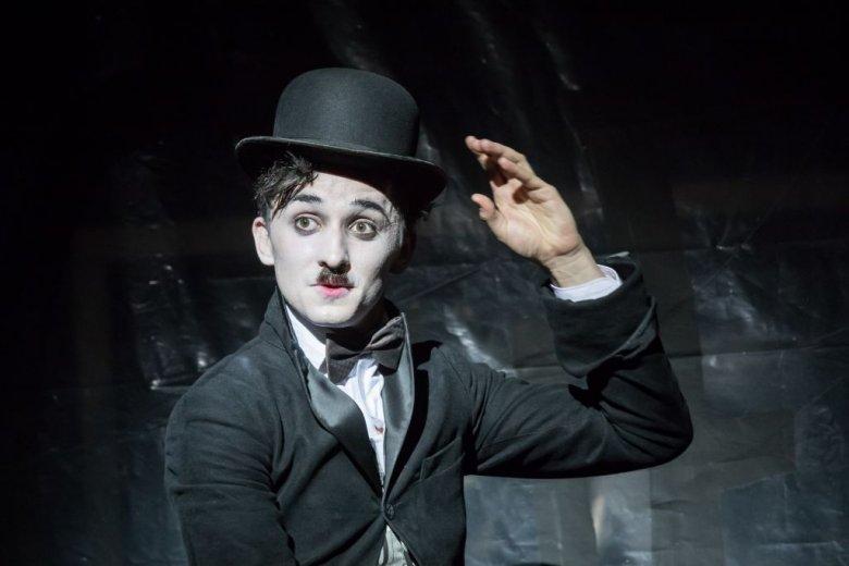 Tréfára fogott gyilkos őrület. Nyerj jegyet a Vígszínház Chaplin-előadására!