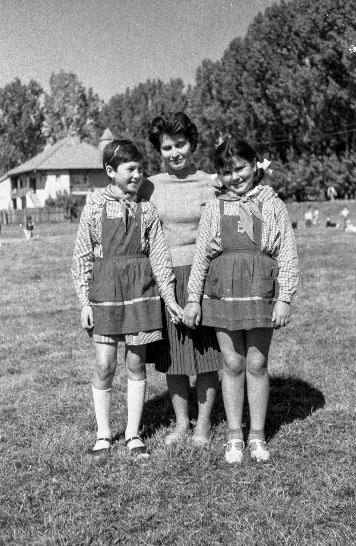 Bara Éva tanítónénivel, 1965 •  Fotó: Szabó Miklós/Nagy Gyöngyvér archívuma