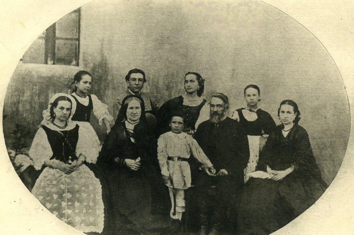Nagy Gyöngyvér szépszülei, Zakariás Kristóf és Jancsó Karolina családja 1859 körül •  Fotó: Nagy Gyöngyvér személyes archívuma